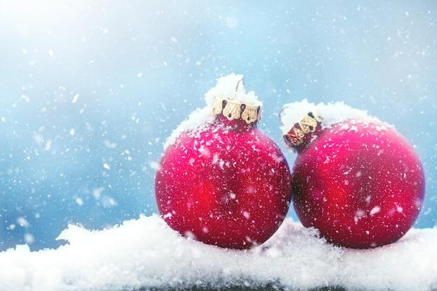 Weihnachtskugeln mit schneeflocken auf