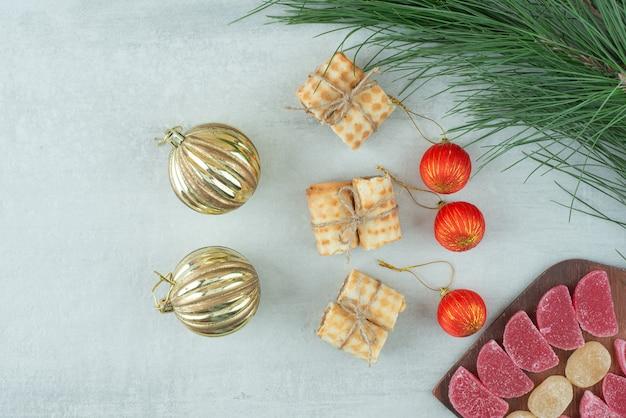 Weihnachtskugeln mit waffeln und süßer marmelade auf holzbrett. hochwertiges foto