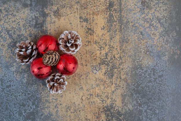 Weihnachtskugeln mit weihnachtstannenzapfen auf einem dunklen hintergrund. hochwertiges foto