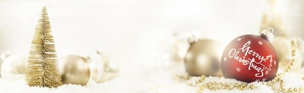 Weihnachtskugeln und baum