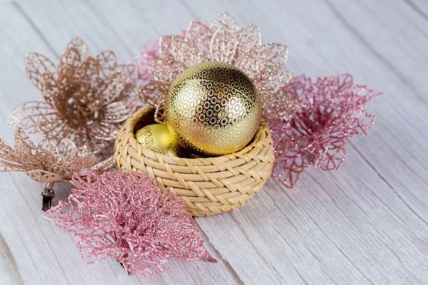 Weihnachtskugeln und dekorationen auf einem hellen holztisch.