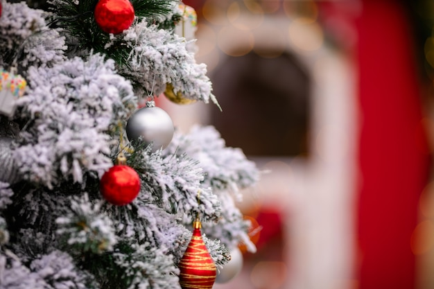 Weihnachtskugeln und dekorationen