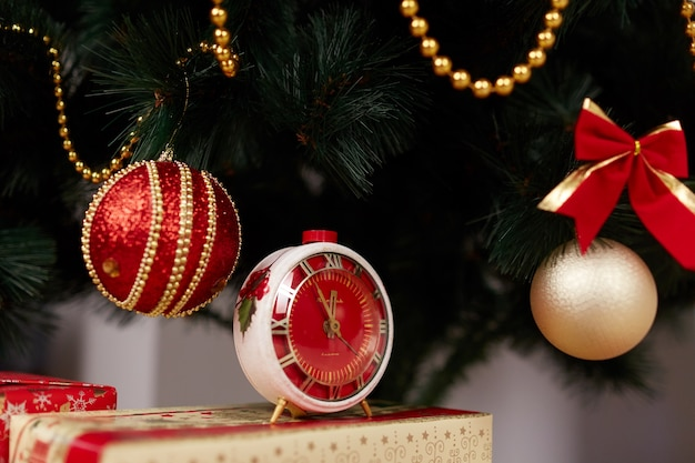 Weihnachtskugeln und eine uhr