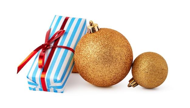 Weihnachtskugeln und festliche geschenkbox isoliert auf weißem hintergrund