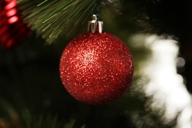 Weihnachtskugeln und girlanden