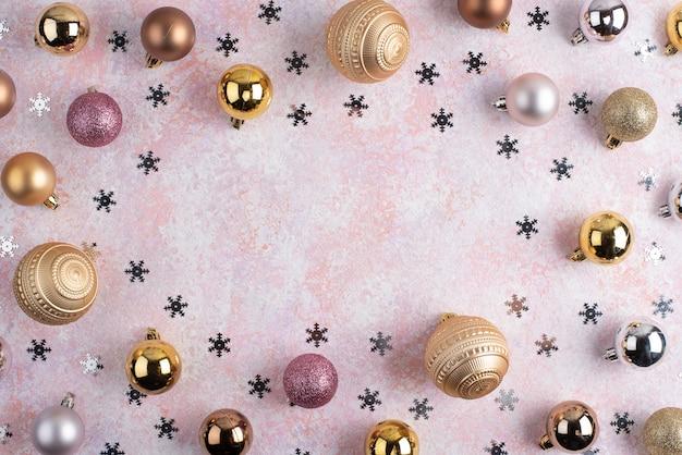 Weihnachtskugeln und sterne