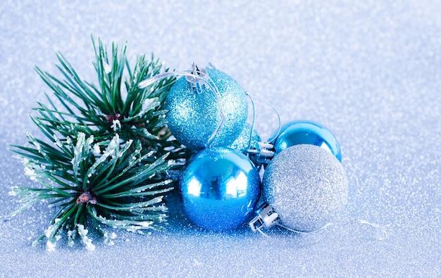 Weihnachtskugeln und tannenzweig