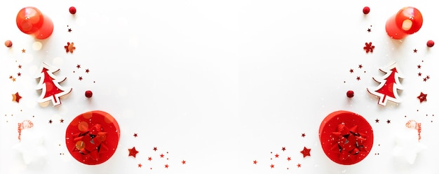 Weihnachtskunst mit rotem dekor, geschenkbox und kerze auf weiß. grußkarte. weihnachtsabend, noel