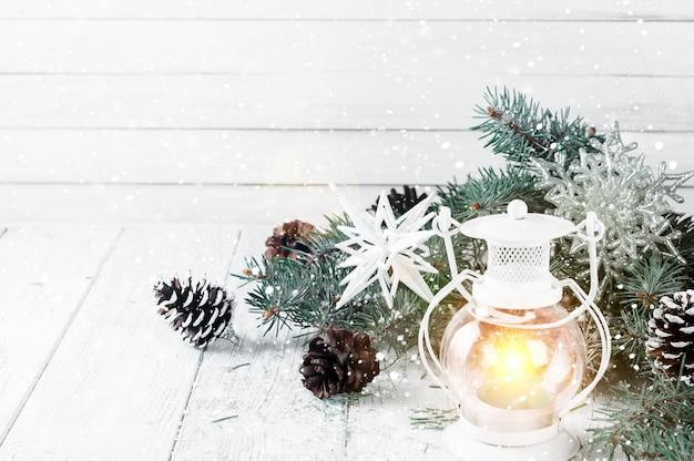 Weihnachtslaterne auf einem weißen hölzernen hintergrund