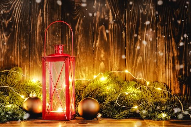 Weihnachtslaterne mit deco auf hölzernem hintergrund