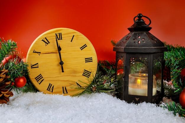Weihnachtslaterne mit magischem winterfeiertag schöne szene mit schneedekoration in der neujahrsabend-designuhr, die herunterzählt