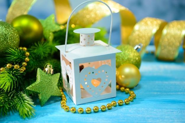 Weihnachtslaterne, tannenbaum und dekorationen auf hellem hintergrund