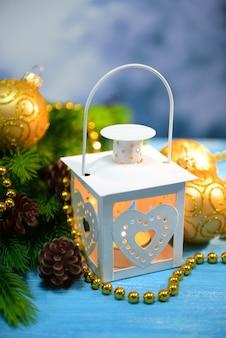 Weihnachtslaterne, tannenbaum und dekorationen