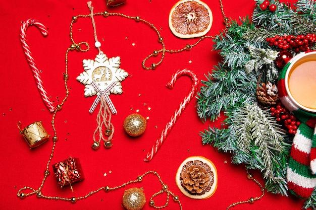 Weihnachtslayout auf rotem grund. neujahrslayout auf rotem grund. urlaub. urlaub. der blick von oben. weihnachtskranz. tannenzweige. roter hintergrund