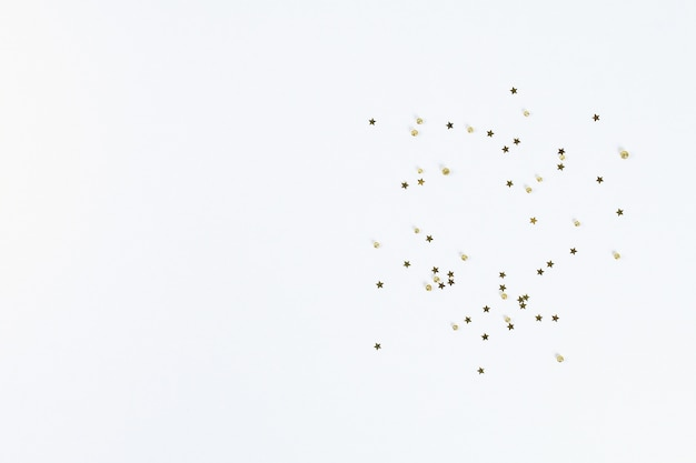 Weihnachtslayout. goldene konfetti in form von sternen auf einem weißen hintergrund. neues jahr 2019