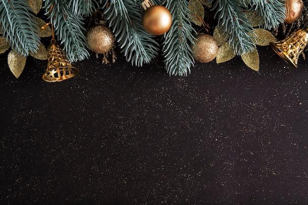 Weihnachtslayout mit weihnachtsbäumen, goldkugeln und glocken