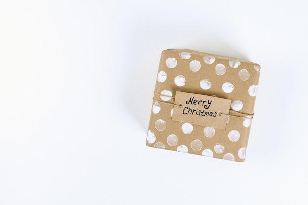 Weihnachtslayout. originalverpackung von diy geschenken auf einem weißen hintergrund. neues jahr 2019, weihnachten