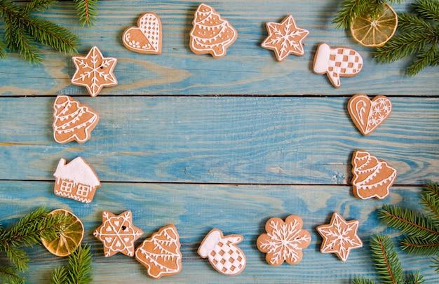 Weihnachtslebkuchen der verschiedenen arten auf einem schwarzweiss-hölzernen hintergrund