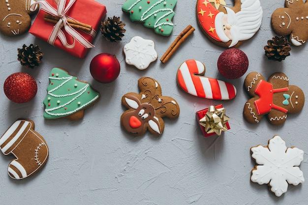 Weihnachtslebkuchen, -gewürze und -dekorationen auf einem grauen hintergrund.
