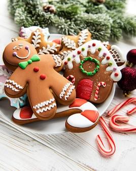 Weihnachtslebkuchen in der platte auf weißem hintergrund aus holz. ansicht von oben.