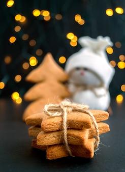 Weihnachtslebkuchen in form eines sternes.