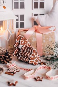 Weihnachtslebkuchen in form von weihnachtsbäumen stehen