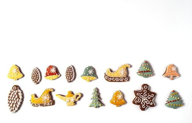 Weihnachtslebkuchen lokalisiert auf weißem hintergrund. schneeflocke, fichte, stern, kegel, stern, glockenform flache lage