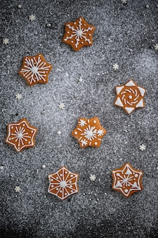 Weihnachtslebkuchen mit gewürzen verziert mit wintermustern