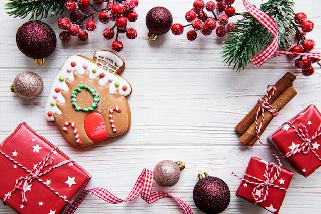 Weihnachtslebkuchen mit weihnachtsdekorationen auf weißem holztisch. weihnachtsurlaub hintergrund