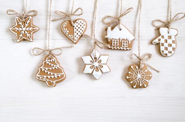 Weihnachtslebkuchen verschiedener art auf einem schwarzweiss-holztisch