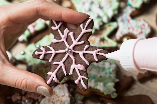 Weihnachtslebkuchen verzieren, kekse schneiden, lebkuchenmänner backen