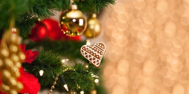 Weihnachtslebkuchendekoration auf einem weihnachtsbaum.