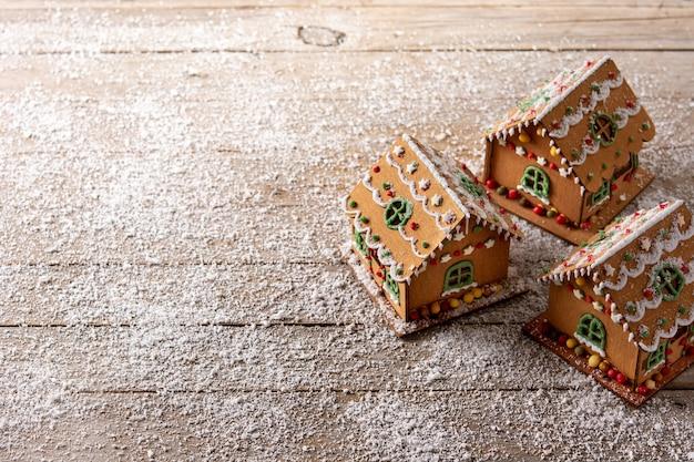 Weihnachtslebkuchenhaus auf hölzernem backgrund
