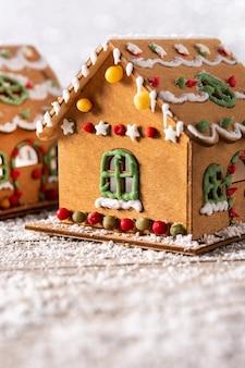Weihnachtslebkuchenhaus auf holztisch