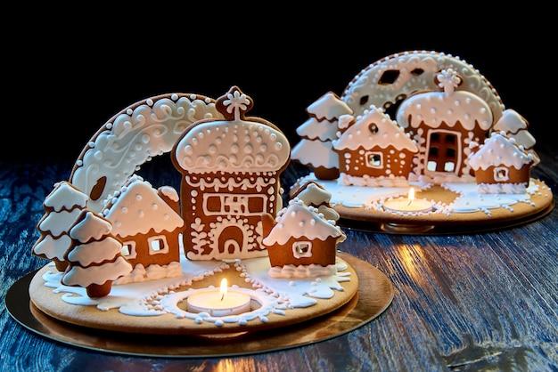 Weihnachtslebkuchenhaus mit einer brennenden kerze