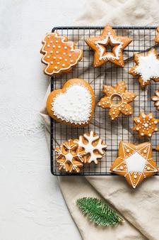 Weihnachtslebkuchenhintergrundplätzchen mit tanne, kiefer, auf weißer beschaffenheit frohes neues jahr-feiertagskonzept, kopienraum
