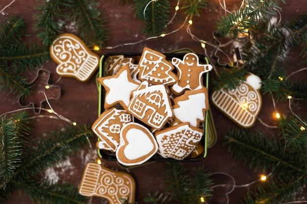 Weihnachtslebkuchenplätzchen auf einem holztisch