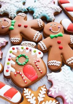 Weihnachtslebkuchenplätzchen auf einem weißen marmorhintergrund. hausgemachte leckere weihnachtslebkuchen