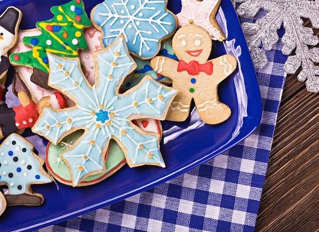 Weihnachtslebkuchenplätzchen auf einer platte