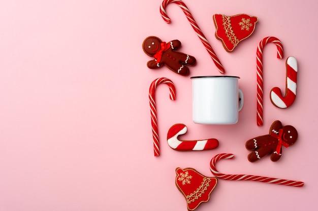 Weihnachtslebkuchenplätzchen auf rosa draufsicht flach legen