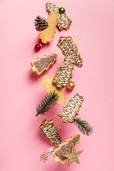 Weihnachtslebkuchenplätzchen in form eines weihnachtsbaumfalls