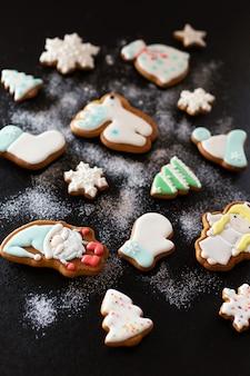 Weihnachtslebkuchenplätzchen mit puderzucker