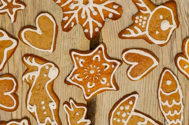 Weihnachtslebkuchenplätzchen verzierten zuckerglasur. weihnachtslebkuchenplätzchen auf holztisch