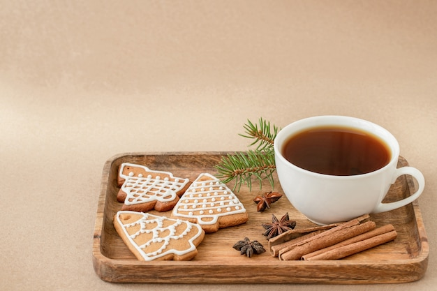 Weihnachtsleckerei tasse tee lebkuchen kekse und gewürze