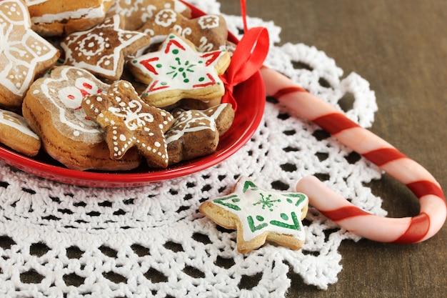 Weihnachtsleckereien auf teller auf holztisch nahaufnahme