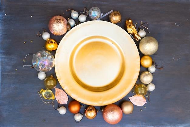 Weihnachtsleerer goldener teller mit golddekorationsrahmen