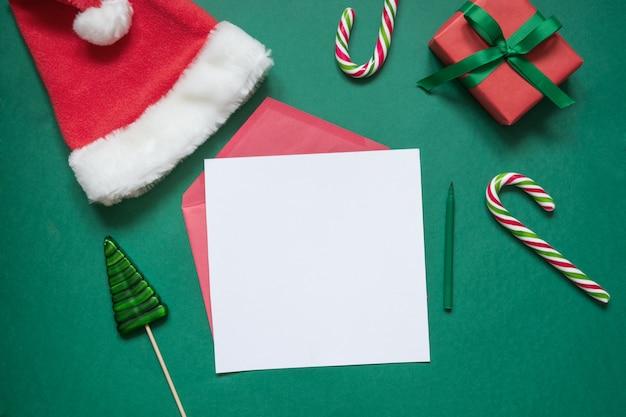 Weihnachtsleerer leerer buchstabe zu sankt mit geschenkbox und zuckerstangen