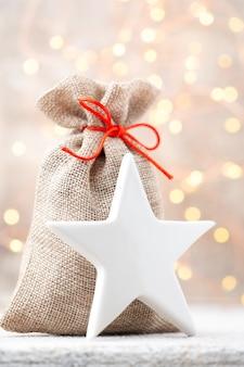 Weihnachtsleinenbeutel für geschenke mit weihnachtsspielzeug. weihnachtsdekoration.