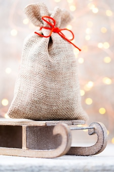 Weihnachtsleinenbeutel für geschenke über schlitten
