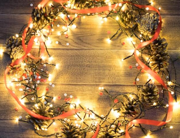 Weihnachtslicht auf hölzernem hintergrund draufsicht mit exemplar